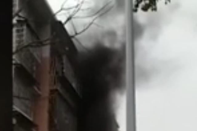长沙新塘垅一民房起火 疑老旧冰箱引发