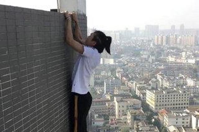 警方通报高空挑战第一人坠楼:从顶楼附属物掉到顶楼
