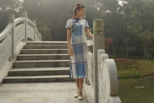 长沙一大学女生将旧床单变旗袍 竟然很好看