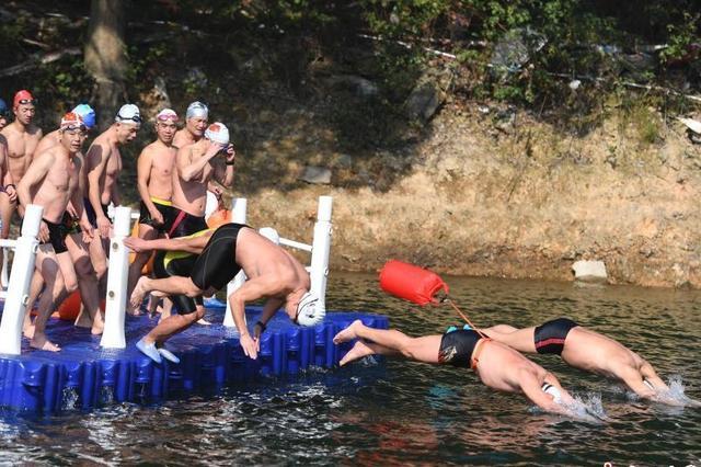长沙冬泳爱好者挑战低温环岛游
