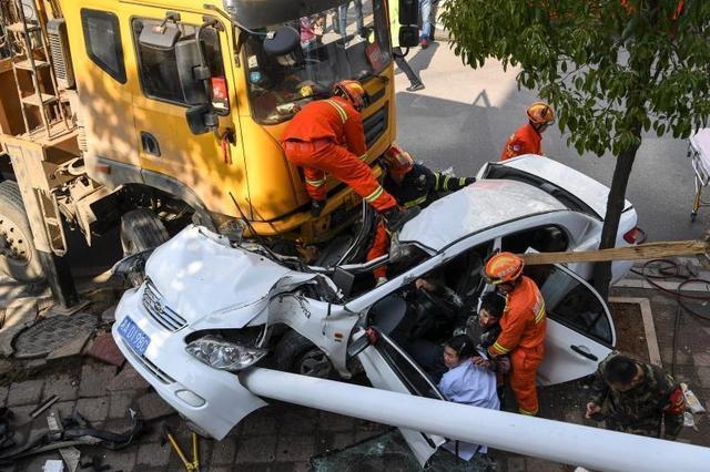 长沙街头车祸致小车变形 众人合力营救车主