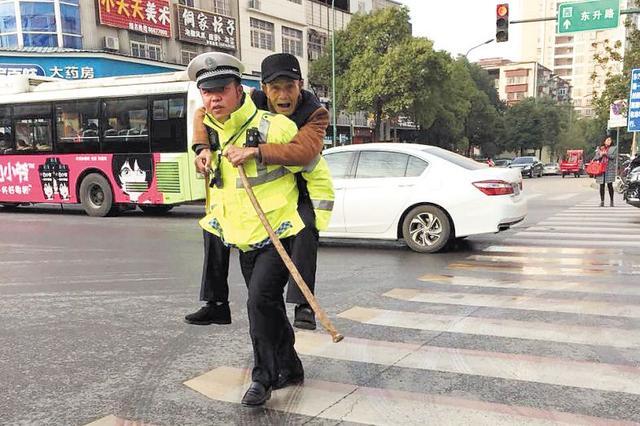 长沙交警执勤中背老人过马路 网