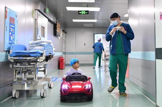 """湖南儿童""""开着汽车""""进手术室 不再害怕手术"""