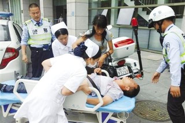长沙男子路边晕倒 热心保安和医护人员紧急送医