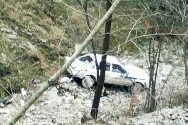 警车坠入数十米深谷。