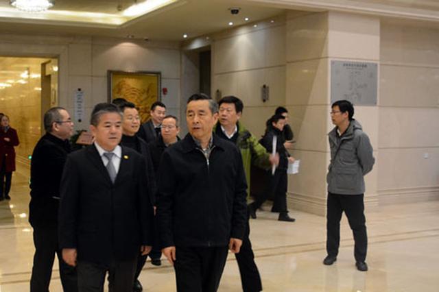 1月19日,湖南省政协副主席戴道晋(前排右一)率队检查省两会政协委员驻地和会场准备工作情况。