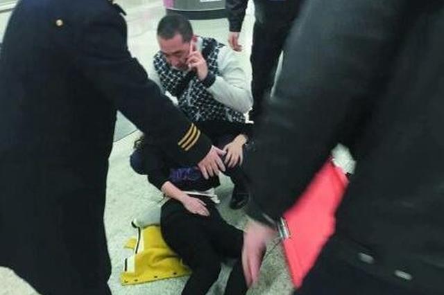 女子长沙地铁2号线内晕倒 众人救助转危为安