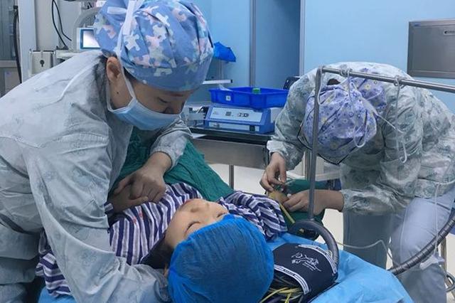 """7岁小女孩害怕手术 长沙一护士用""""手臂枕头""""抚慰"""