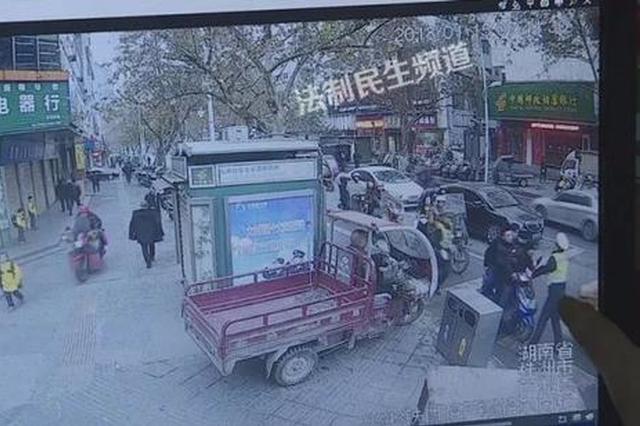 朋友无证驾驶被查 株洲男子砖头砸车妻子大闹岗亭