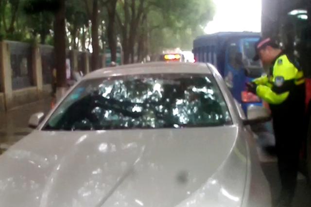 长沙一司机醉驾宝马等红灯睡着 被查后试图贿赂交警