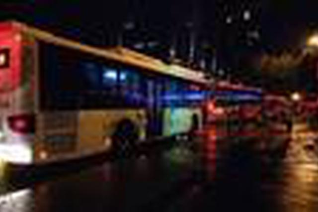 长沙一女司机撞上公交后急哭 交警耐心安慰