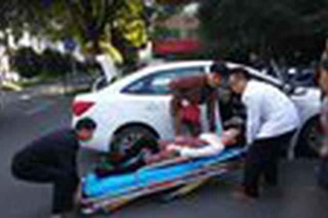 两车追尾车内副驾驶座上孕妇受惊 长沙民警帮忙撤离