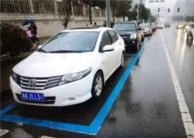 """长沙家长注意 上下学时段""""蓝色车位""""可临时停车"""