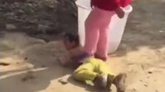 6岁男童惹事 亲妈暴力教育对其泼冷水摔地脚踩