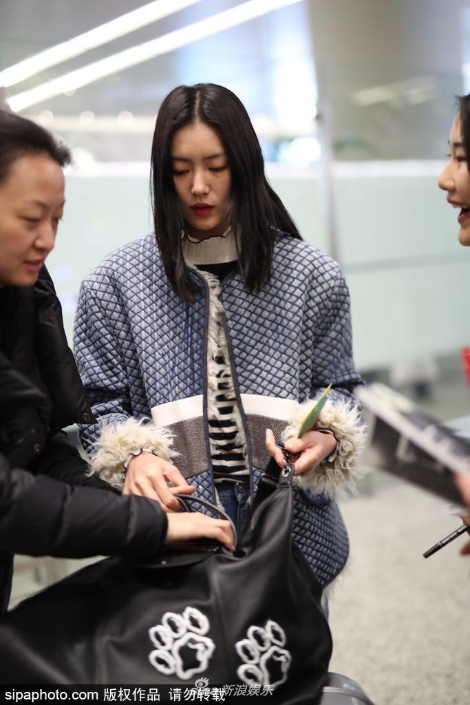 刘雯潮装现身机场 众多迷妹粉儿追堵求签名