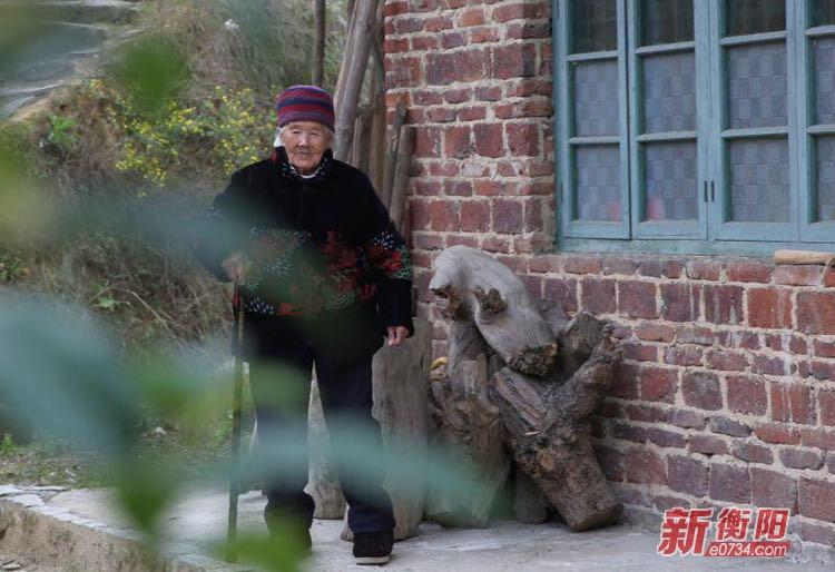 衡阳县马岭村101岁老奶奶洗衣做饭扫地样样行