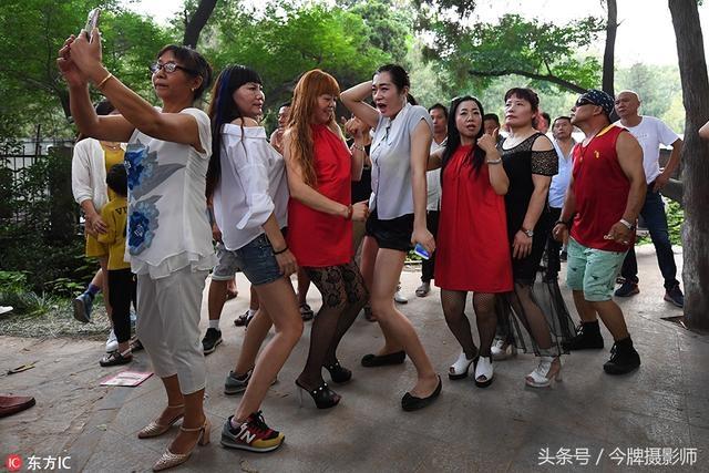"""郑州现""""网红培养基地""""每晚二三十人同时尬舞 观众挤满山坡"""