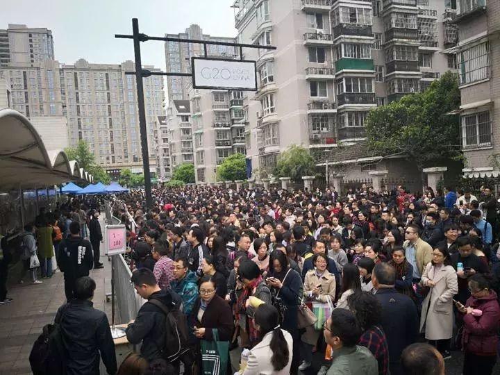 杭州民办小学入学面试现场 家长半夜12点排队