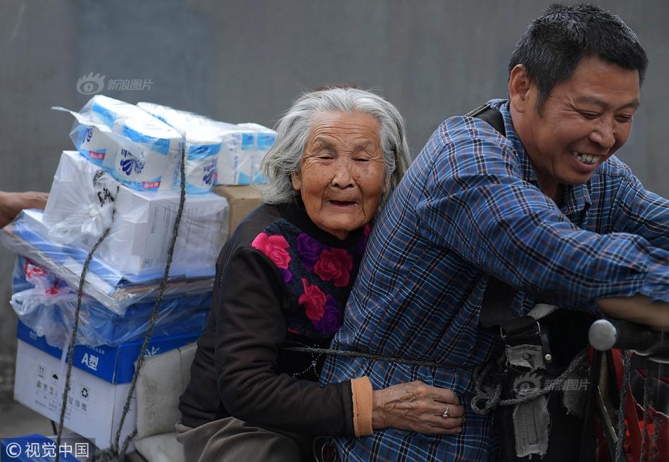 尽孝谋生两不误 成都一货郎驮着92岁老母讨生活