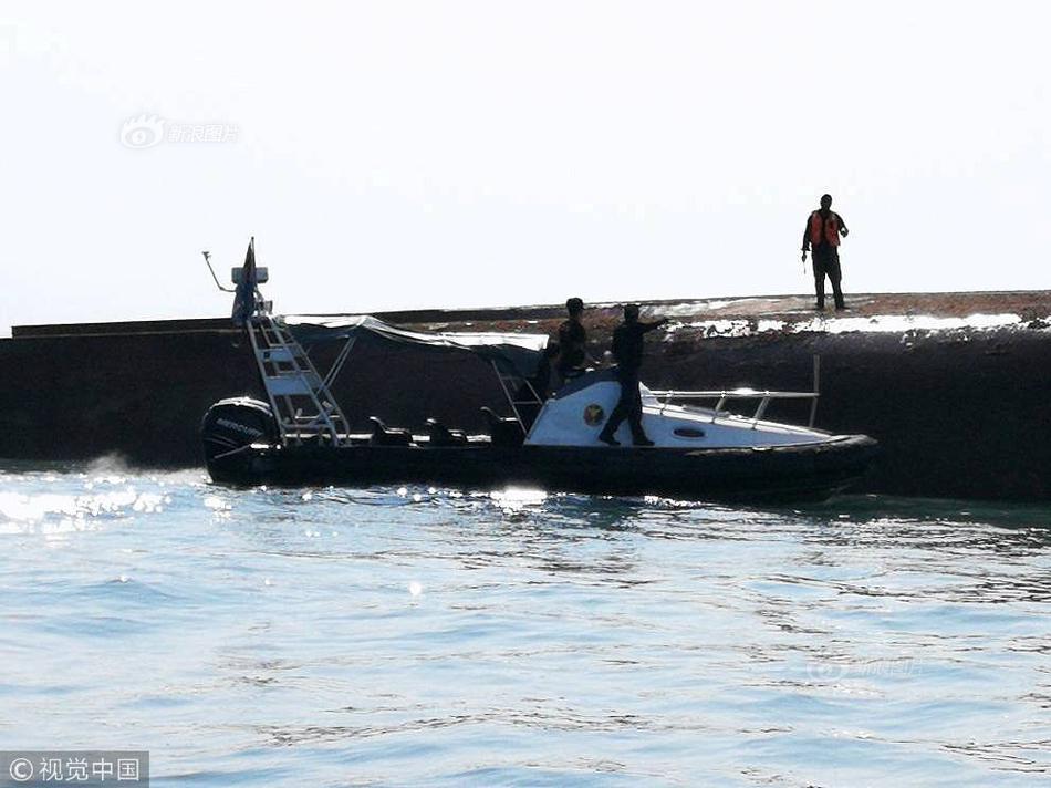载满中国船员挖沙船在马来倾覆 已有一名同胞遇难