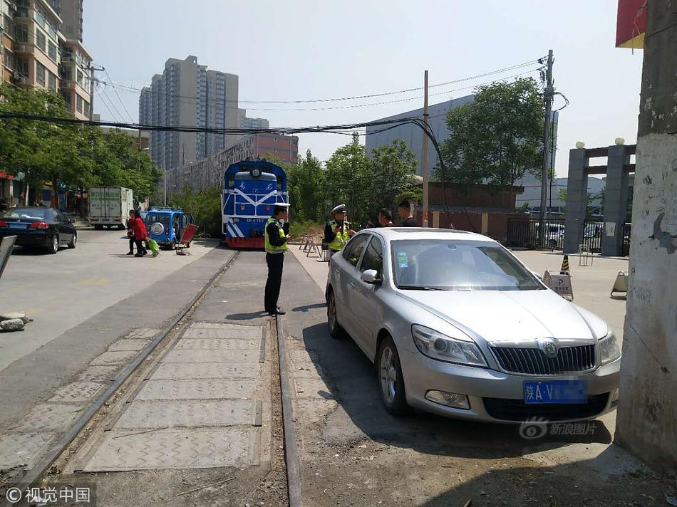 西安:轿车停在铁道旁 火车被逼停堵了半个多小时