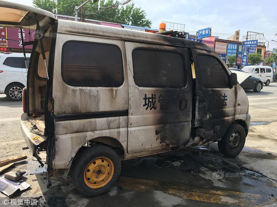 河南一男子用刀刺伤城管 并用汽油将执法车辆点燃