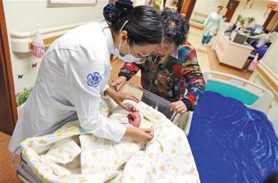 中国大陆首例试管婴儿产子