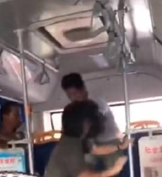 """警方通报""""女子公交内遭猥亵"""":两人已共同生活多年"""