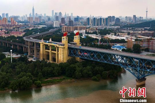 航拍维修中的南京长江大桥。 泱波 摄