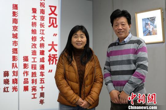 摄影师刘晓光(右)和薛晓红都是南京城市摄影队的一员。 泱波 摄