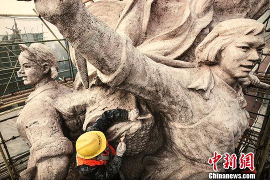 工人在清洗桥头堡雕像。 刘晓光 摄