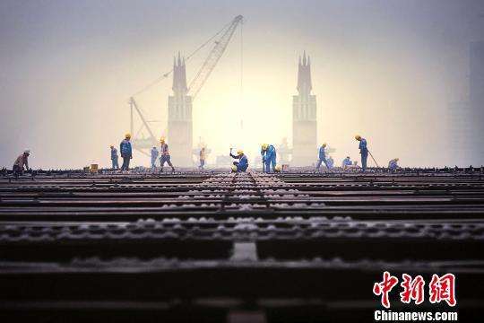长江大桥上的施工现场。 薛晓红 摄