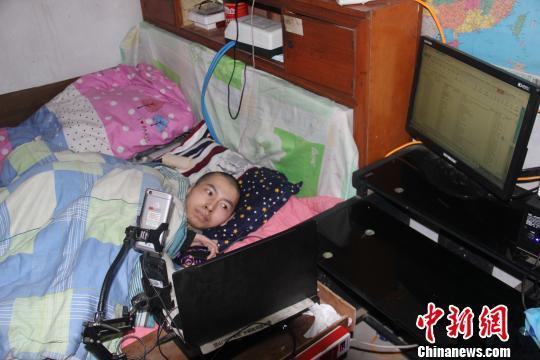 """伏培建""""工作室""""的桌子上摆着4台电脑、2部手机和1台处于工作状态的打印机。 刘林 摄"""