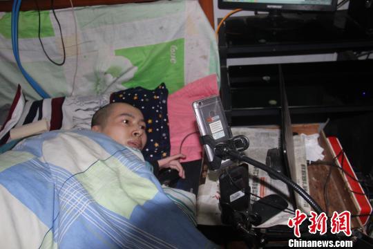 """如今,伏培建的收入稳定,每月在1万元左右。他说,自己在精神上成为了一个""""站起来""""的人。 刘林 摄"""