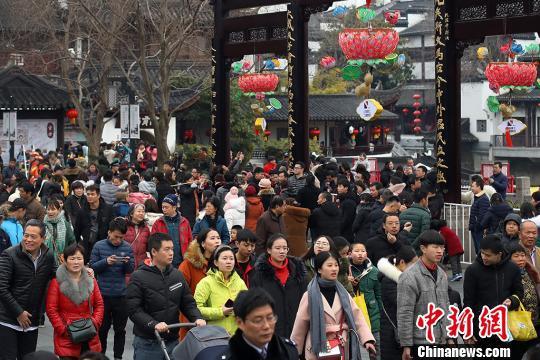 每逢元宵节,数十万游客涌入南京夫子庙景区观灯。图为在新春期间,景区游人如织。 泱波 摄