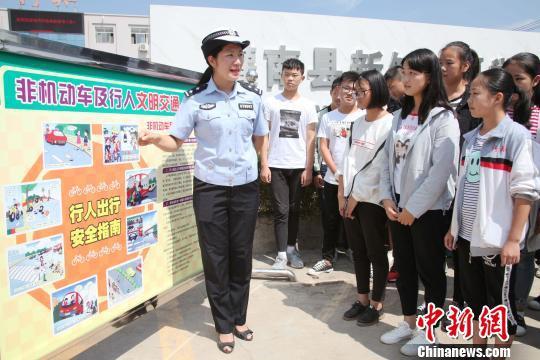 图为连云港民警宣讲安全知识。 江苏警方 供图