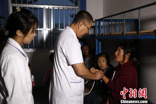在山东寿光集中安置点,多位医护人员带药品、医疗设备赴现场为民众检查身体,一一询问民众身体状况,为其提供医疗保障。 梁犇 摄