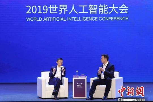 """8月29日,阿里巴巴董事局主席马云(左)与特斯拉首席执行官马斯克对话。当日,2019世界人工智能大会在上海开幕。大会以""""智联世界 无限可能""""为主题。中新社发 申海 摄"""