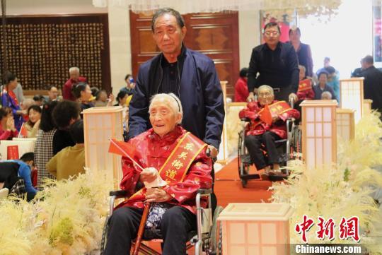 图为10位百岁老人集体登场。 施华健 摄