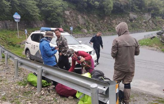 7人违规穿越1女子尸体在百米悬崖下被找到