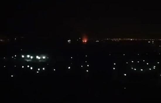 仪征油?#32622;?#22320;15日晚一船舶发生爆燃。视频截图