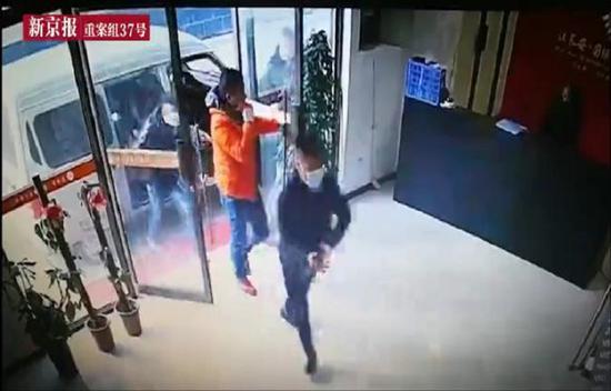 ▲刘天成带人打砸。图片来源:新京报视频截图