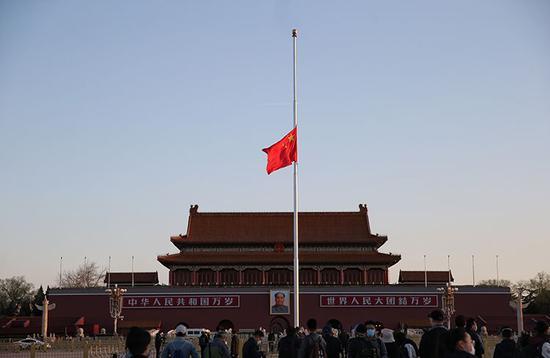 天安门广场降半旗 全国哀悼抗疫牺牲烈士和逝世同胞