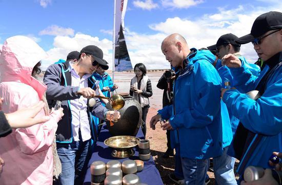 志愿者们进行取水仪式,珍藏源头水样