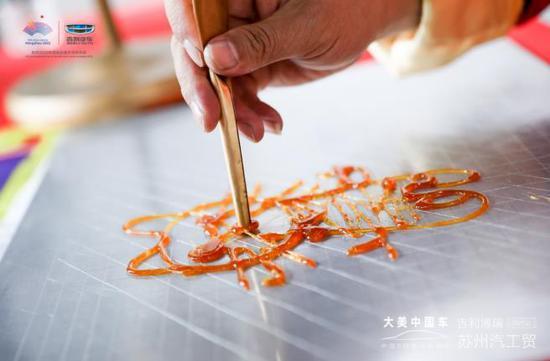 活动现场还为客户们准备了苏州特色的苏绣 、字画、糖人以及剪纸体验项目。