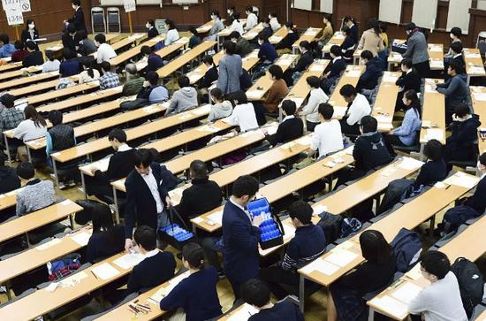 日本一般入学选拔考场。图/视觉中国