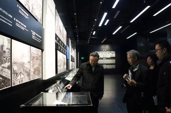 张建军馆长向大野俊先生介绍南京大屠杀历史图片