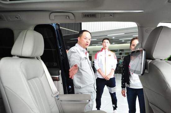 郁俊总经理向武大靖介绍传祺车