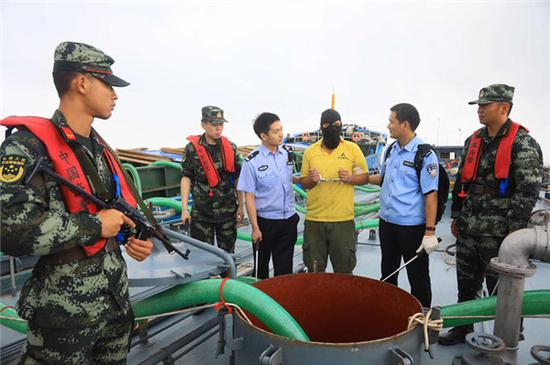 南京海关破获特大走私成品油案。