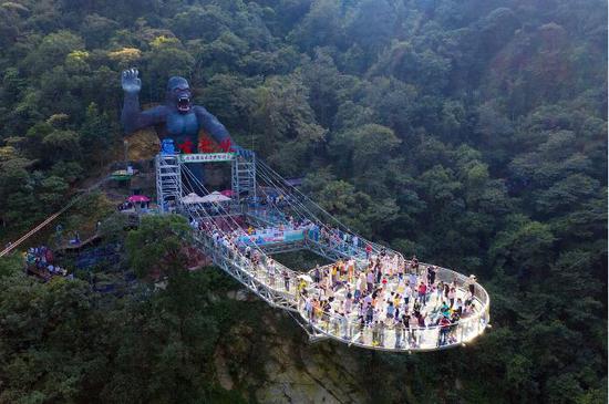 广东佛山玻璃桥景区人山人海。